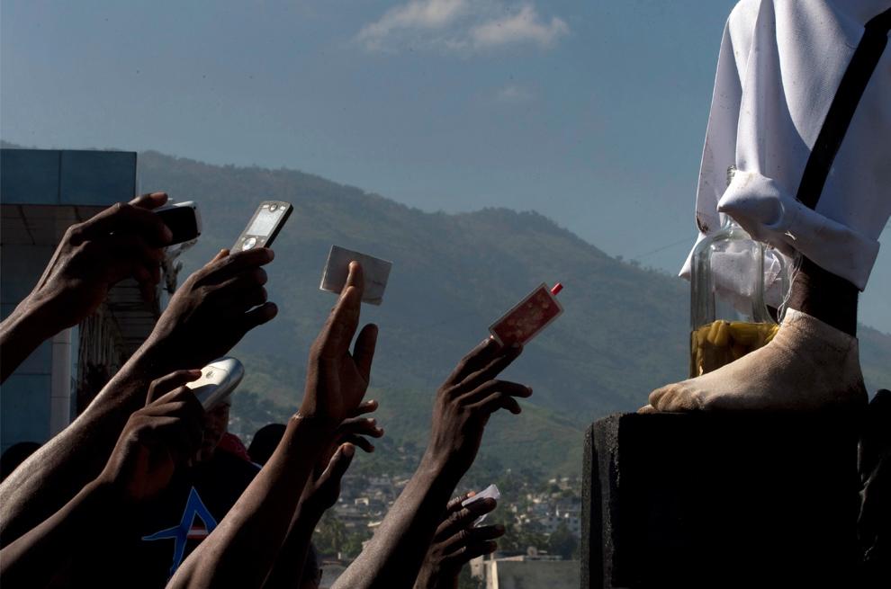 20. Люди принимают участие в ритуале вуду в День мертвых на национальном кладбище в Порт-о-Пренс, Гаити, в воскресенье 1 ноября 2009 года. (AP Photo/Ramon Espinosa)