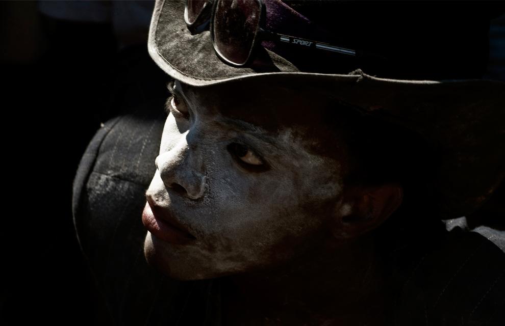 21. Человек исполняет ритуал вуду в День мертвых на национальном кладбище в Порт-о-Пренс в воскресенье 1 ноября 2009 года. (AP Photo/Ramon Espinosa)