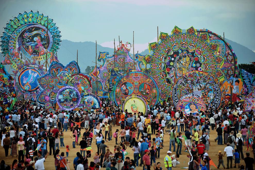 22. Огромные воздушные змеи, сделанные жителями Сумпаньо в районе Сакатепекез в 48 км к западу от Гватемала Сити, в День всех святых 1 ноября 2009 года. (JOHAN ORDONEZ/AFP/Getty Images)