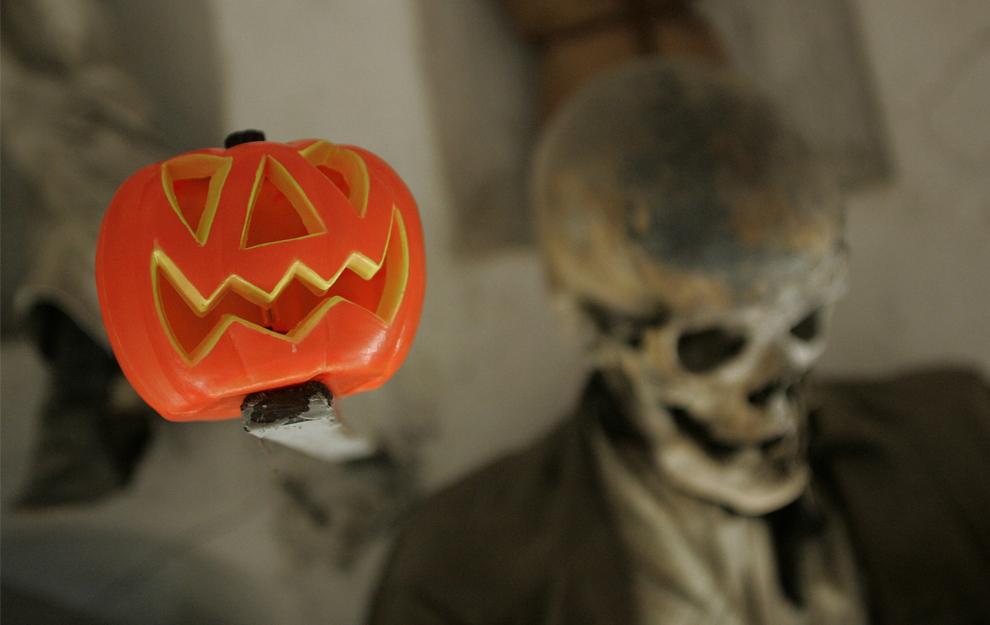 23. Черепа и кости (и тыква) на кладбище Капуччини в Палермо 29 октября 2009 года. (MARCELLO PATERNOSTRO/AFP/Getty Images)