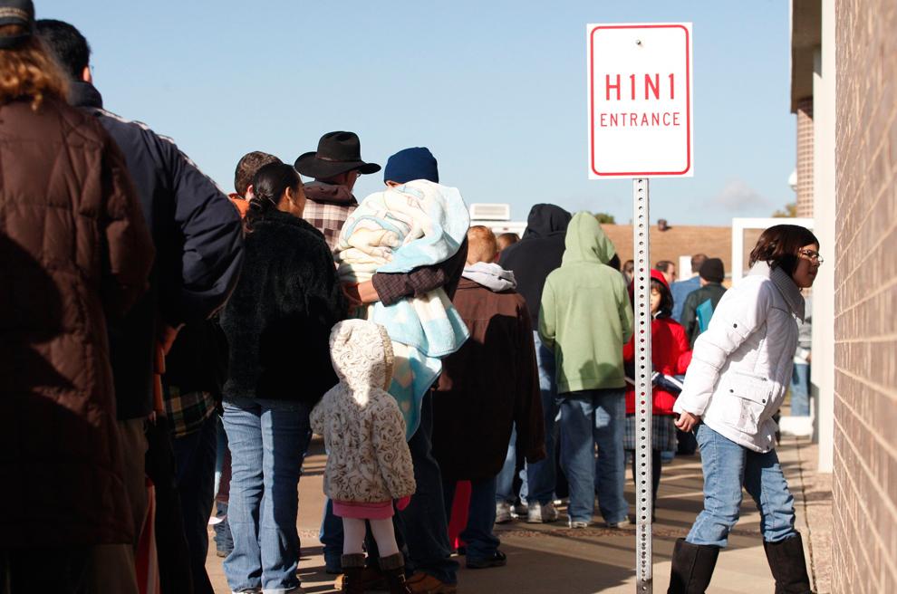 23. Люди стоят в очереди на вакцинацию против вируса H1N1 в Халтом Сити, штат Техас, 30 октября 2009 года. Округ Таррант проводит вакцинацию против вируса H1N1 детям в возрасте от 6 месяцев до 18 лет и беременным женщинам. (REUTERS/Jessica Rinaldi)