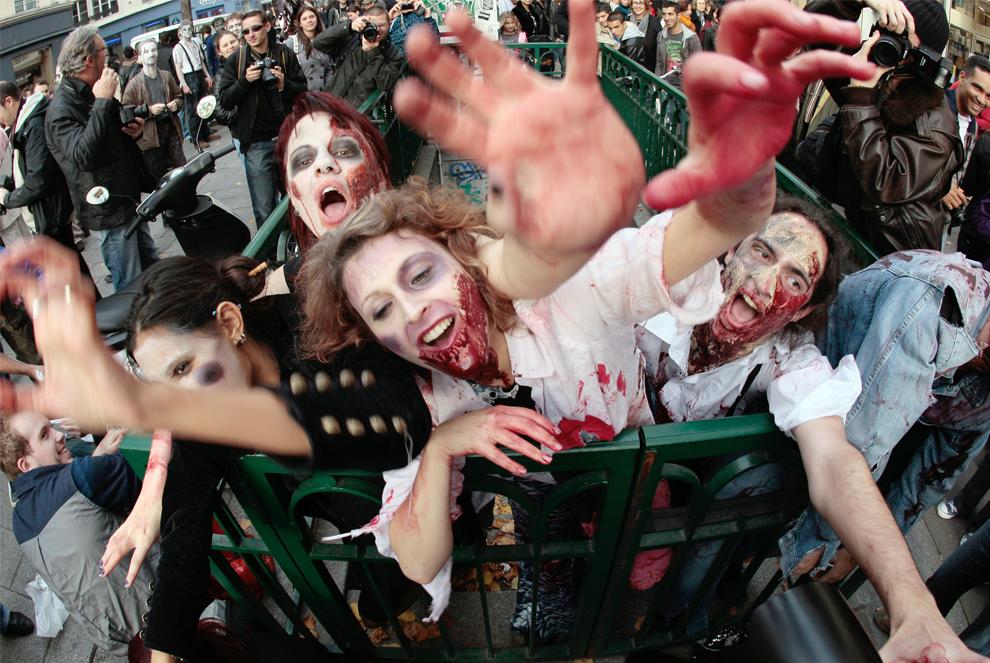 25. Люди в костюмах зомби на параде в честь Хэллоуина 31 октября 2009 года в Париже. (FRANCOIS GUILLOT/AFP/Getty Images)