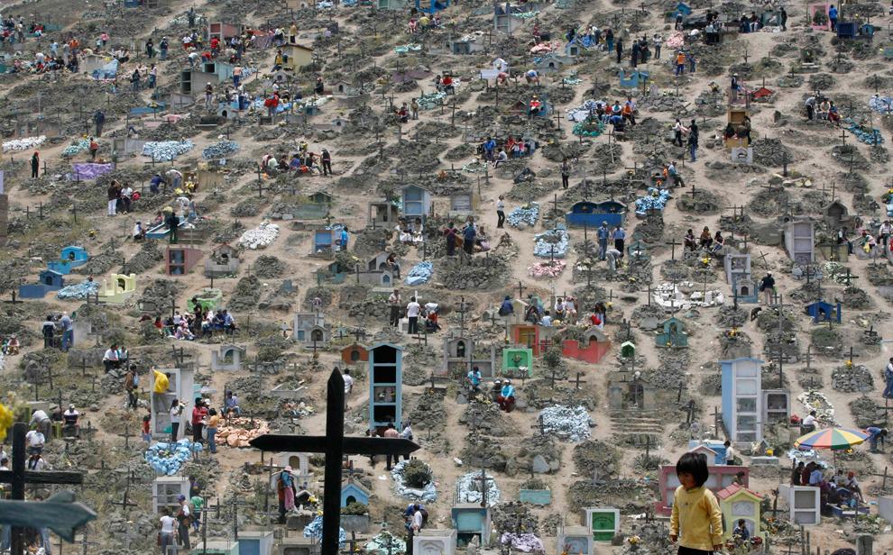 26. Общий вид кладбища Нуева Эсперанза во время празднования Дня мертвых на окраине Лимы, Перу, 1 ноября 2009 года. Каждый год тысячи людей посещают кладбища в Перу, чтобы почтить усопших. (REUTERS/Mariana Bazo)