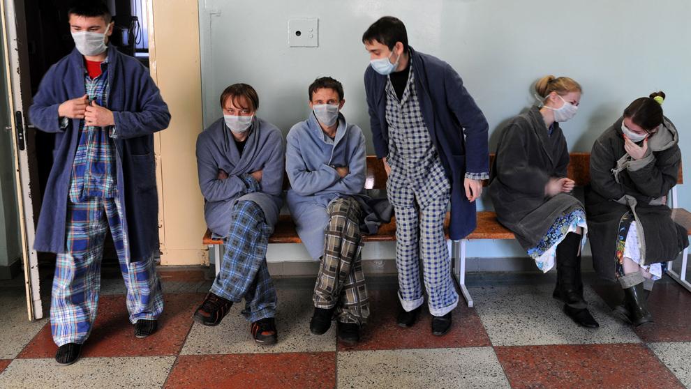 26. Белорусские «подозреваемые» на заражение свиным гриппом ждут медосмотра в минской больнице 2 ноября 2009 года. В Белоруссии пока не зарегистрированы случаи смерти от вируса H1N1, однако врачи не дремлют, особенно из-за паники в соседней Украине. (VIKTOR DRACHEV/AFP/Getty Images)