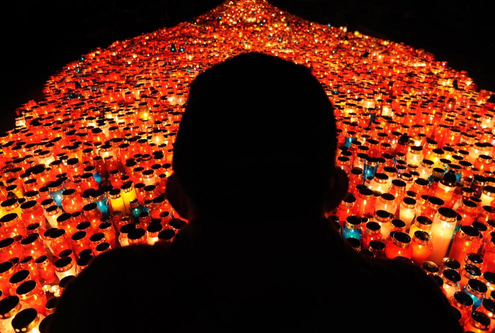 27. Силуэт местного жителя вырисовывается на фоне тысячи свечей на главном кладбище Мирогой 1 ноября 2009 года. Тысячи жителей пришли на кладбище, чтобы отпраздновать День всех святых. (HRVOJE POLAN/AFP/Getty Images)