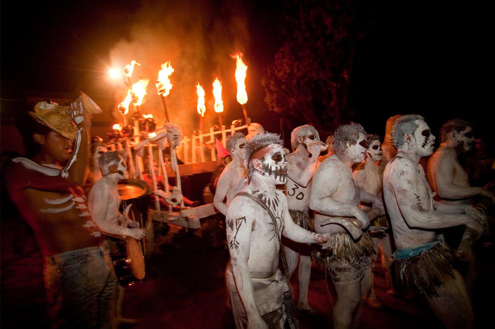 28. Люди принимают участие в параде в честь Дня мертвых в Тонакатепеке на окраине Сан-Сальвадора, Эль Сальвадор, в воскресенье 1 ноября 2009 года. (AP Photo/Edgar Romero)