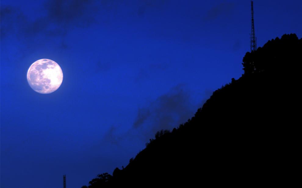 31. Луна восходит за горой в Боготе в День всех святых 1 ноября. (RODRIGO ARANGUA/AFP/Getty Images)
