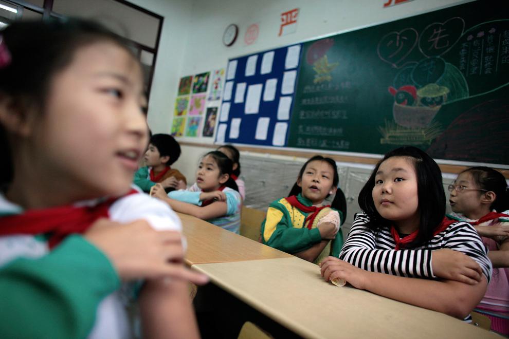 31. Ученики трут руки в классе после вакцинации против вируса свиного гриппа в школе в Шанхае 10 ноября 2009 года. (REUTERS/Aly Song)