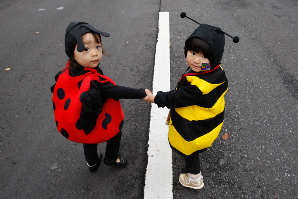 34. Девочки в костюмах божьих коровок принимают участие в тыквенном параде в честь Хэллоуина «Хараюки Омотемандо» в Токио 25 октября 2009 года. В этом воскресном параде приняло участие около 1000 детей в хэллоуинских костюмах. (REUTERS/Yuriko Nakao)