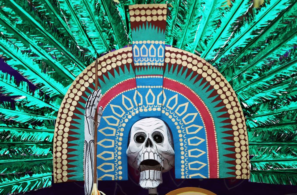 36. Украшенный алтарь представлен в День мертвых в Британском музее 29 октября 2009 года в Лондоне, Англия. Алтарь был создан мексиканской художницей Адрианой Амайя. (Dan Kitwood/Getty Images)