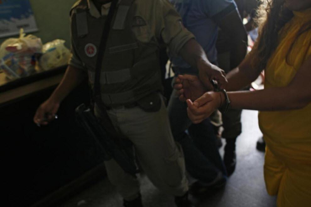 2. Заключенная возвращается в тюрьму после визита в местную больницу. В тюрьме есть отделение хирургии, но серьезные медицинские операции проходят не в главном здании тюрьмы. Перевозка заключенных – непростой процесс. Зачастую случаются попытки бегства. (Luiz Santos)