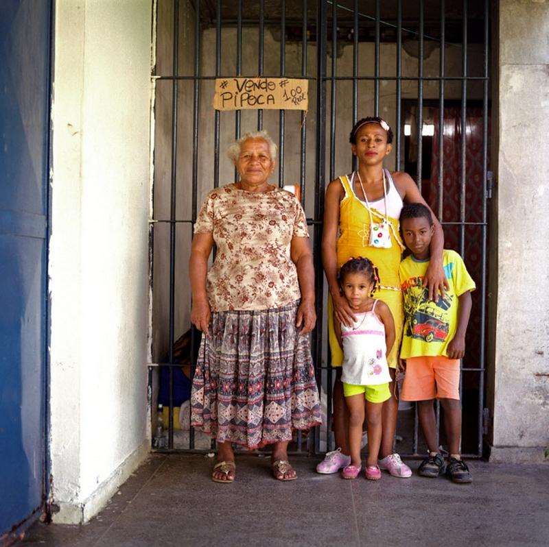 3. Дона Мария – бывшая заключенная. Она приходит в тюрьму к своей дочери, которая ждет вынесения приговора за кражу в магазине. Она воспитывает своих внуков 9-летнего Джуниора и 4-летнюю Викторию – и эту ответственность она считает слишком большой. (Luiz Santos)