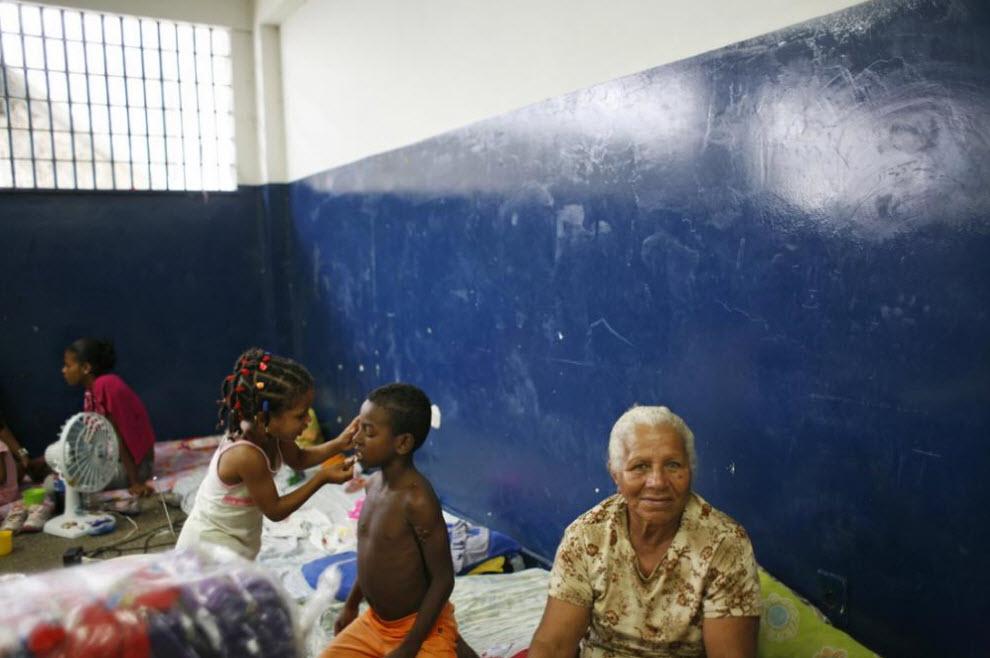 4. Дона Мария – бывшая заключенная, которая теперь приходит в тюрьму к дочери, осужденной за торговлю наркотиками. При каждом посещении тюрьмы она чувствует себя униженной, так как охранники раздевают ее и с помощью фонарика осматривают ей половые органы на предмет наркотиков. Ей также тяжело воспитывать своих внуков. (Luiz Santos)