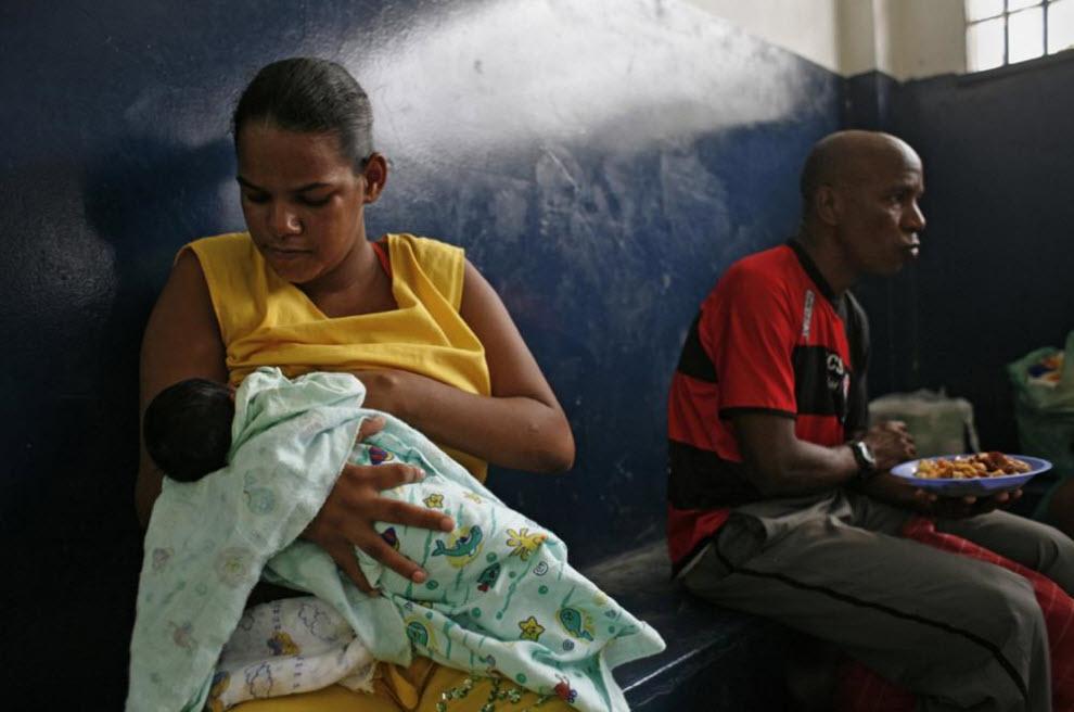 6. Мишель Дамачес кормит свою дочь, которой всего 9 дней от роду. Тюрьма открыта для посетителей по средам и субботам. Это шанс пообщаться с миром за пределами тюремных стен. В отведенной для встреч комнате семьи делятся не только новостями, заботами и опытом, но и разделяют физическое пространство. (Luiz Santos)