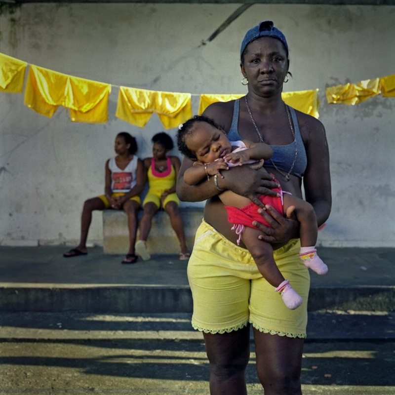 9. Сокамерницы присматривают друг за другом (и за детьми других сокамерниц), пока не разгорится очередной внутренний конфликт. 29-летняя Антония Лючия имеет зависимость от кокаина. На этом фото она держит на руках ребенка своей сокамерницы. (Luiz Santos)