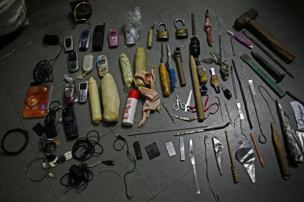 14. Эти вещи были конфискованы во время обысков в камерах. Среди них есть секс-игрушки, заточки и мобильные телефоны (которые заключенные прятали в своих половых органах). Заключенные жалуются, что обыски проходят слишком жестко – полиция даже наряжается в защитное снаряжение. (Luiz Santos)