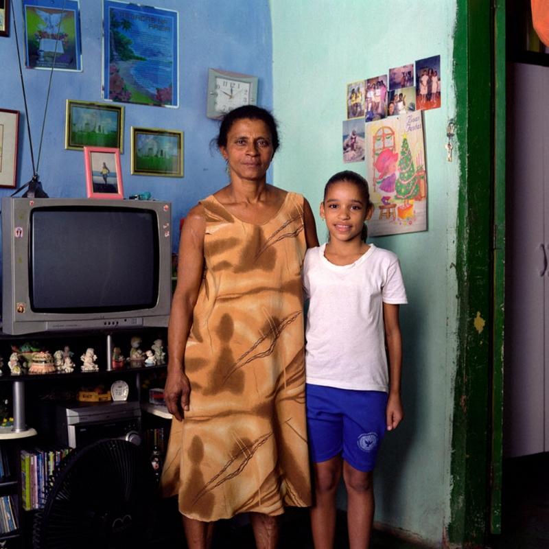 17. Дона Мария де Фатима получила ВИЧ при очередном уколе наркотика. Она завязала со своим пагубным пристрастием. В тюрьме у нее дочь, а сама она присматривает за одной из своих внучек – Дианой (на фото). Ее вторая дочь наркоманка, а сын работает в охране на минимальной ставке. (Luiz Santos)