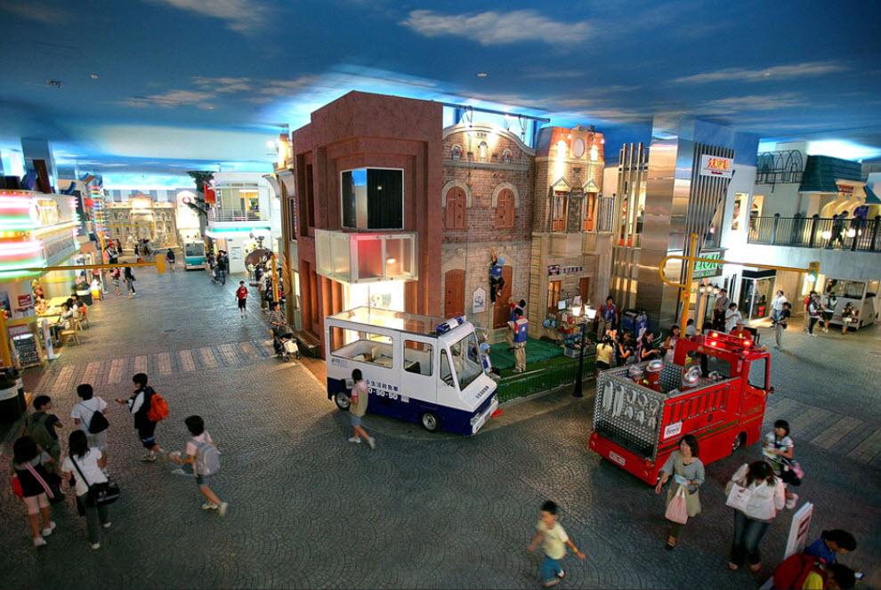 2. Общий вид площадки «KidZania» 15 сентября. Этот городок построен в две трети реального масштаба и позволяет детям увидеть мир глазами взрослого. (Kiyoshi Ota/Getty Images)