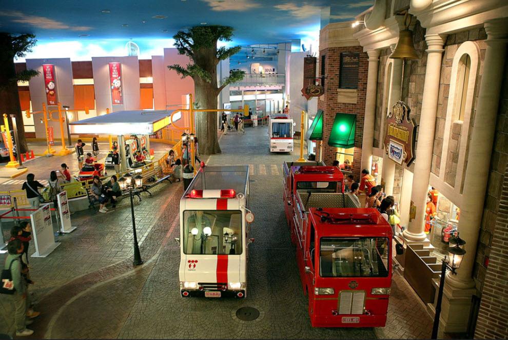 10. Улица с игрушечными заправками и машинами служб экстренной помощи в «KidZania» 15 сентября. (Kiyoshi Ota/Getty Images)