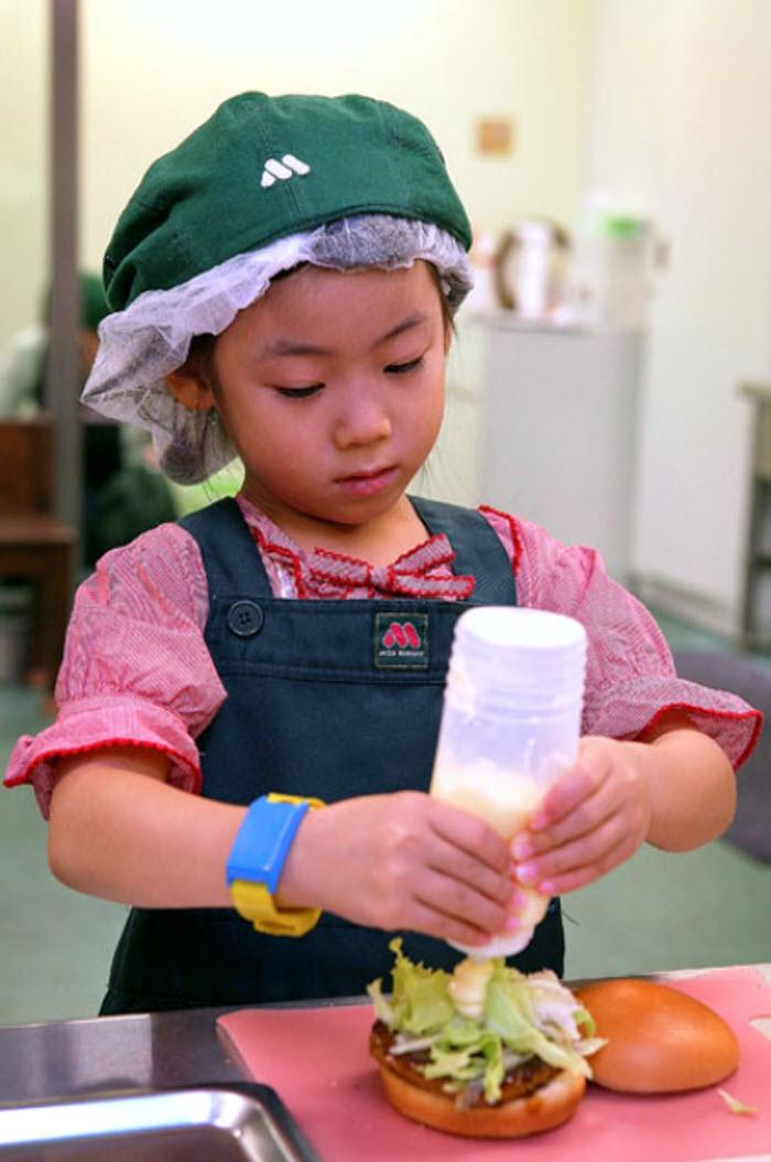 9. Девочка играет в продавца гамбургеров на «Неделе профессий» в «KidZania» 15 сентября. (Kiyoshi Ota/Getty Images)