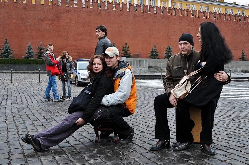 2) За полчаса до назначенного времени на Красной площади уже стоят два табурета.