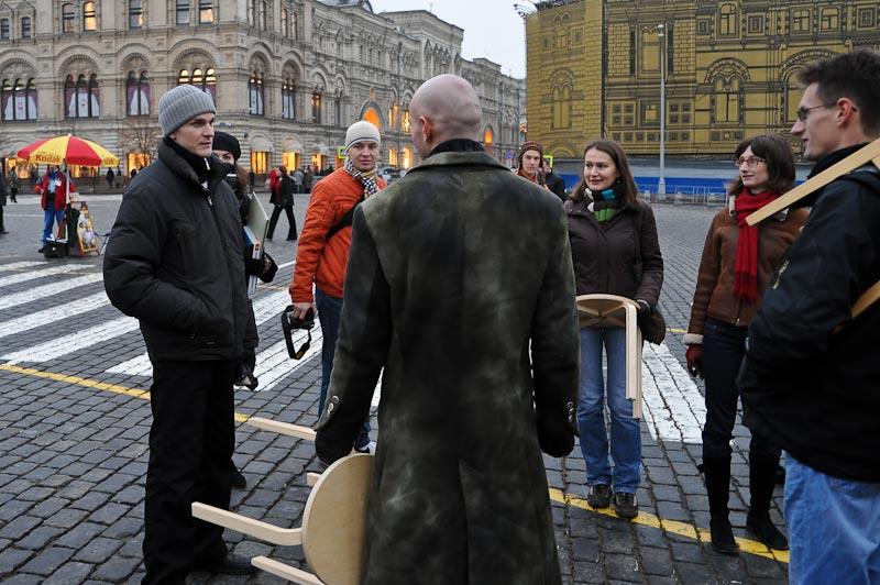 9) Леонид Кантер, с легкостью профессионального автостопщика, объясняет, что флэшмоб не имеет никакого отношения к политике. Они не протестуют и ни за что не агитируют, а просто хотят посидеть всего одну минуту на табурете.