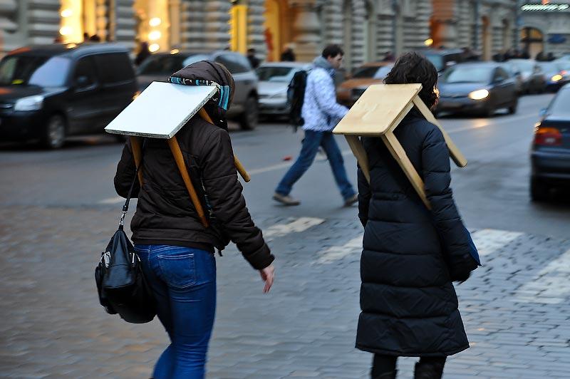 11) На выходе с Красной площади, замечаю еще двух флэшмобщиц, они не из тусовки автостопщиков. Значит, призыв нашел отклик в массах.