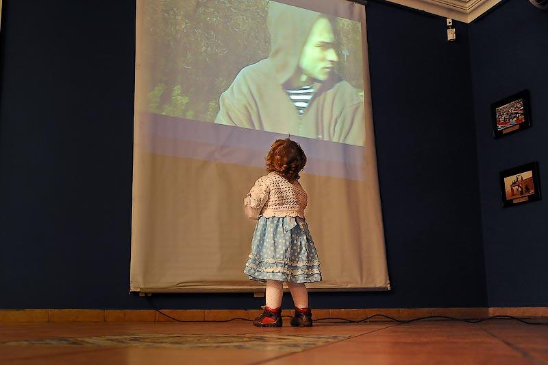 20) Дочка смотрит фильм своего отца.