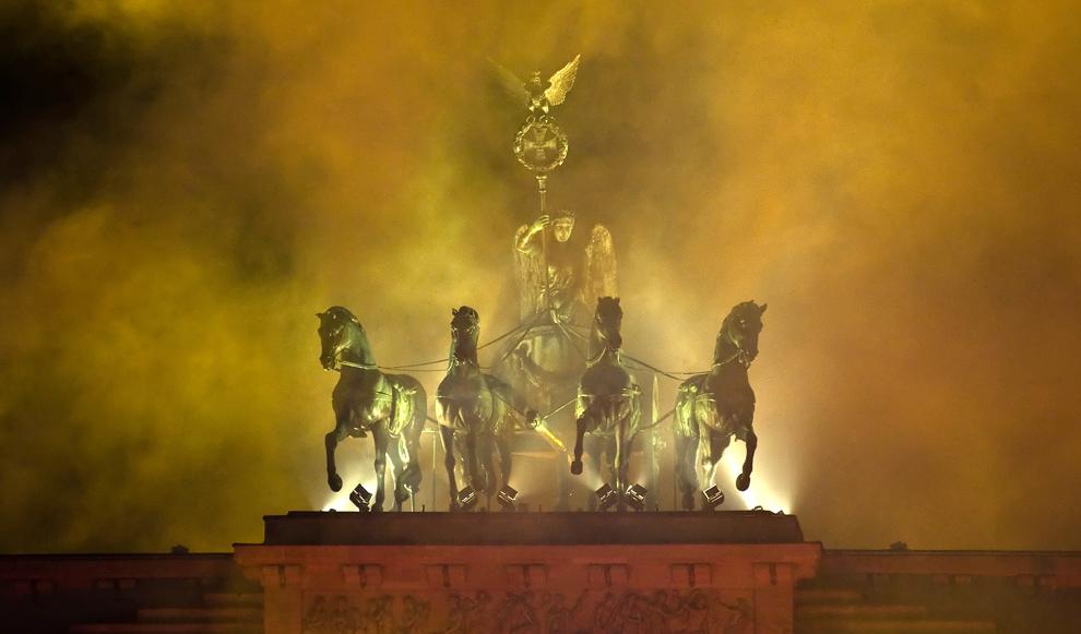 1. Дым от салюта окружает квадригу Бранденбургских ворот в Берлине после окончания официальной церемонии в честь годовщины объединения Германии 9 ноября 2009 года. (LEON NEAL/AFP/Getty Images)