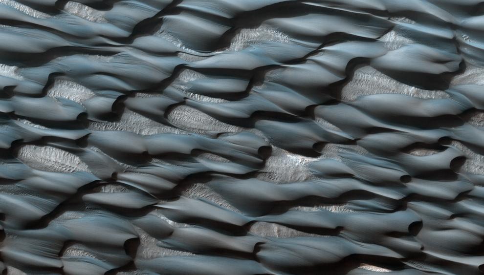 3. Часть песчаной дюны Абалос Ундэ. Пески кажутся голубоватыми из-за базальта, а более светлые пятна, вероятно, покрыты пылью. (NASA/JPL/University of Arizona)