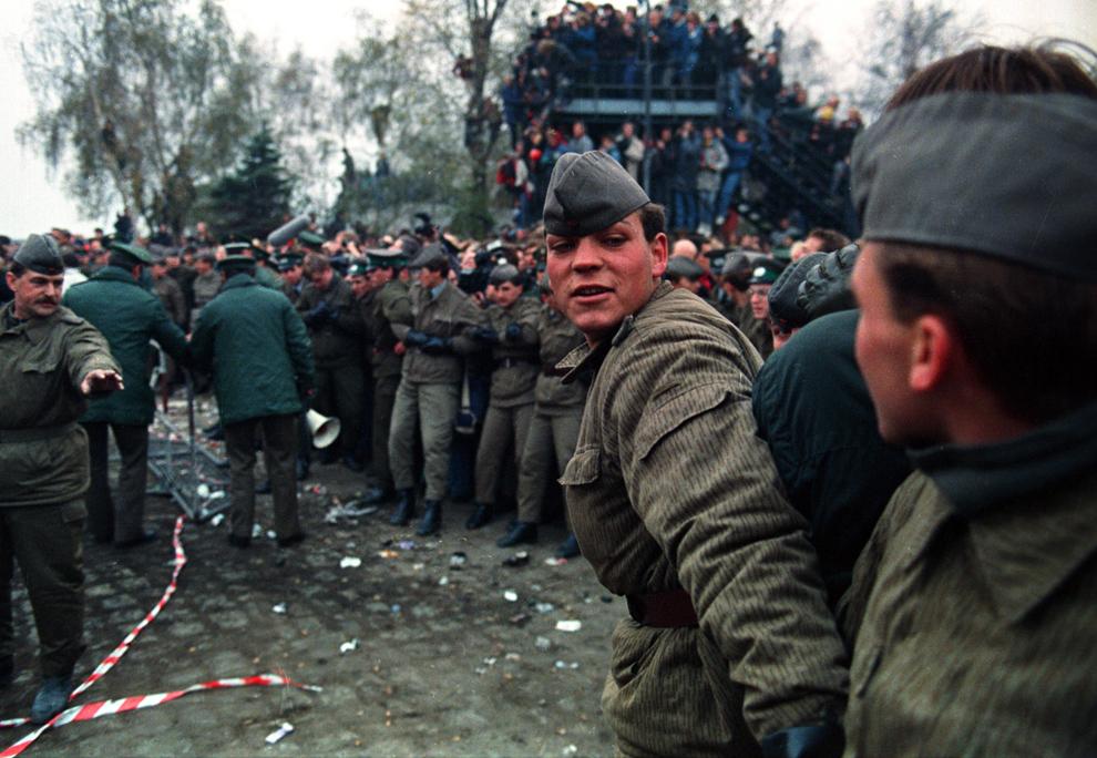 5. Солдаты сдерживают толпу после падения части Берлинской стены на Потсдамской площади 11 ноября 1989 года. (John Tlumacki/Boston Globe staff)