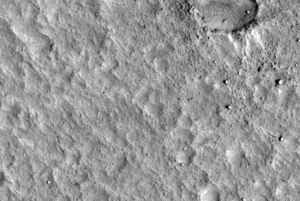 7. Патфайндер (спускаемый аппарат с марсоходом) «наследил» на древней затопленной равнине сбросных каналов долин Арес и Тиу. Яркое пятно слева внизу – это космический аппарат «Mars Pathfinder Lander», его борта, научный мостик и части подушек безопасности. «Патфайндер» НАСА приземлился на Марсе 4 июля 1997 года и работал до 27 сентября этого года. (NASA/JPL/University of Arizona)