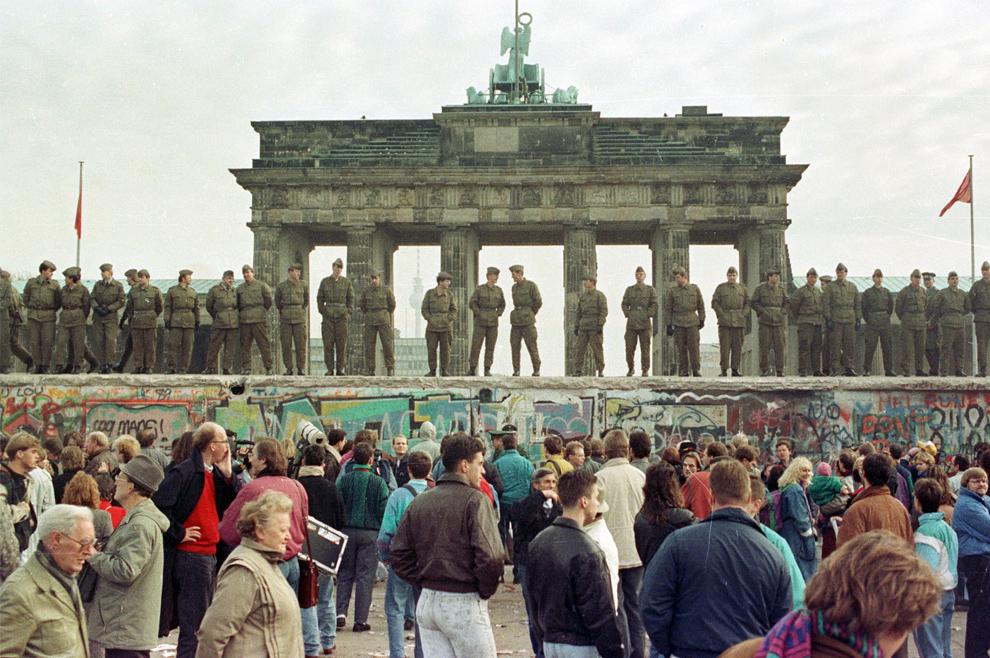 7. Пограничная охрана Восточного Берлина стоит на Берлинской стене перед Бранденбургскими воротами 11 ноября 1989 года. (REUTERS/Staff/File)
