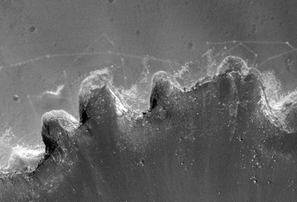 9. Детальный вид следов, сделанных марсоходом НАСА в почве недалеко от кратера Виктория. (NASA/JPL/University of Arizona)