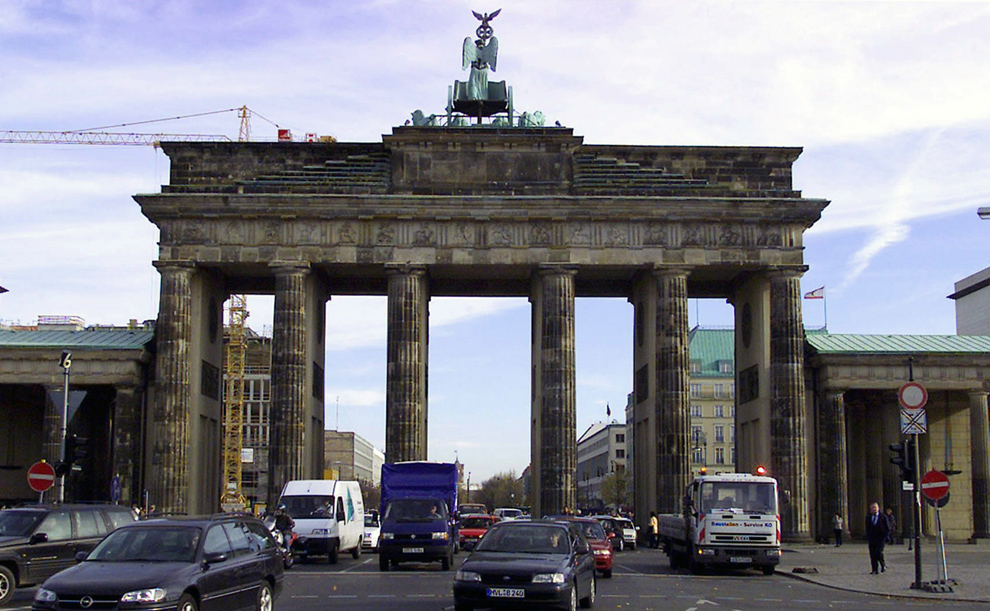 12. а) Автомобили проезжают через Бранденбургские ворота 1 ноября 1999 года. (REUTERS/ Fabrizio Bensch)
