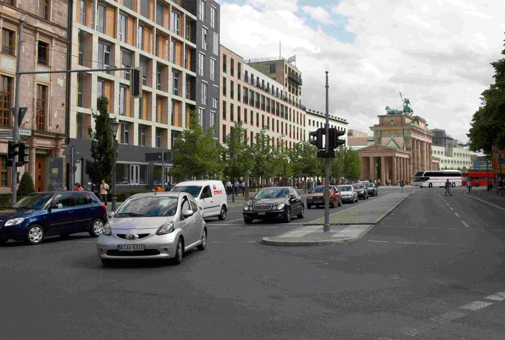 14. а) А на этом фото представлен общий вид улицы Эберштрассе и Бранденбургских ворот в Берлине 14 июля 2009 года. (REUTERS/Fabrizio Bensch)