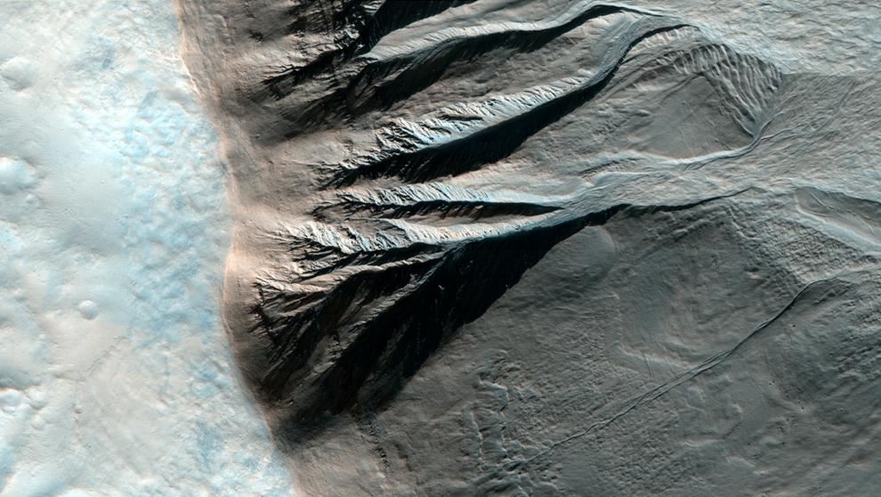 14. Край кратера примерно в 6 км диаметром в южном полушарии, испещренный проливами, ведущими ко дну кратера. (NASA/JPL/University of Arizona)
