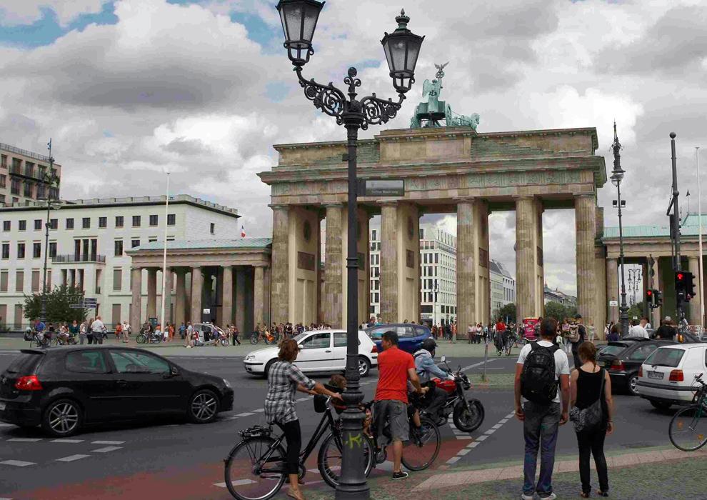 15. а) Общий вид Бранденбургских ворот в Берлине 14 июля 2009 года. (REUTERS/Fabrizio Bensch)