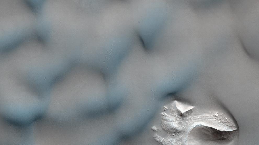 15. Дюны в кратере в бассейне Ньютона разъедают или покрывают более прочные горные структуры внизу. (NASA/JPL/University of Arizona)