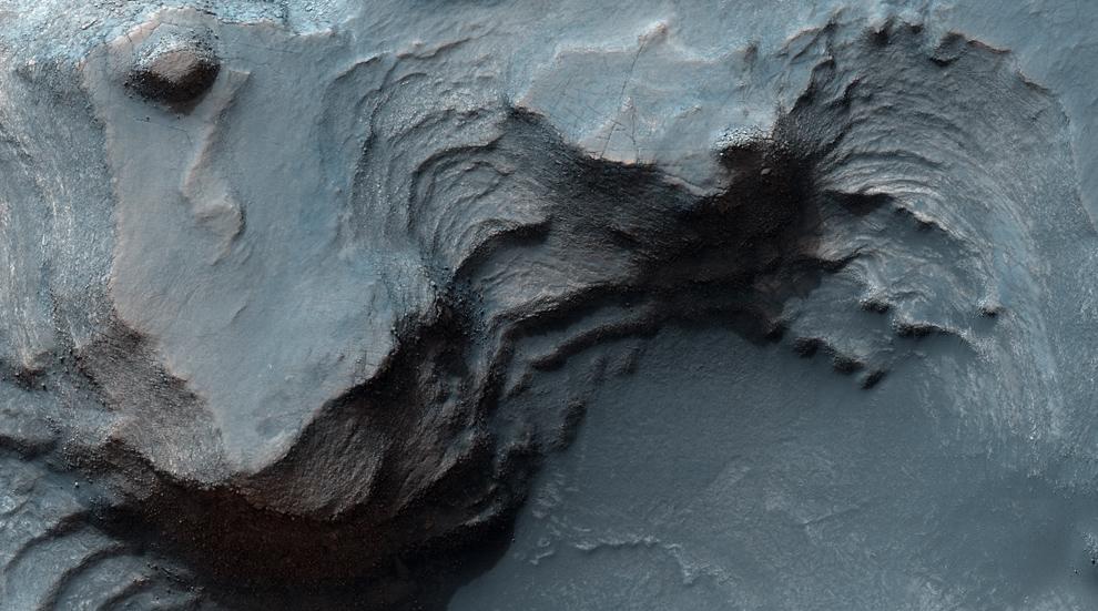 18. Скалистые плоскогорья региона Nilosyrtis Mensae. Филлосиликатные (глиняные) минералы были найдены в регионе с помощью спектрометров космических аппаратов «Mars Express» и «MRO», они представляют огромный интерес для поиска доказательств жизни на древнем Марсе. (NASA/JPL/University of Arizona)