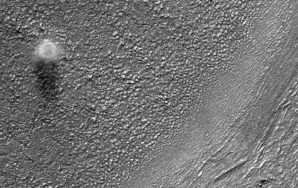 21. Камера высокого разрешения запечатлела пыльный вихрь, дующий по поверхности Марса к востоку от метеоритного бассейна и на юге долины Реулл. Диаметр этого пыльного вихря составляет 200 метров, но поверхность его намного меньше. Судя по длине тени на этом снимке, пыльный вихрь составляет около 500 метров в высоту. (NASA/JPL/University of Arizona)