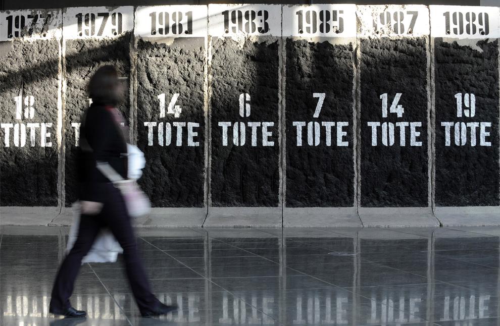23. Женщина проходит мимо плиток бывшей Берлинской стены с количеством людей, погибших в каждом году во время попыток сбежать в восточную Германию, у памятника Мэри-Элизабет Людерс Хаус немецкого парламента в Берлине 7 ноября 2009 года. (JOHN MACDOUGALL/AFP/Getty Images)