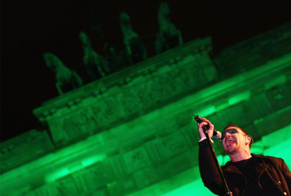27. Боно из группы U2 на концерте перед Бранденбургскими воротами 5 ноября 2009 года в Берлине, Германия. U2 выступили с бесплатным концертом при поддержке канала «MTV Europe» в честь 20-летия падения стены. (Sean Gallup/Getty Images)
