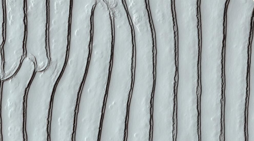 29. Пилообразный узор в сухом льду в южном полярном регионе Марса. (NASA/JPL/University of Arizona)