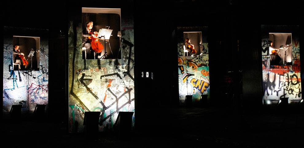 30. Скрипачи на пьедесталах, символизирующих Берлинскую стену, играют на площади Согласия в Париже 9 ноября 2009 года во время празднования 20-летия падения Берлинской стены. (AP Photo/Francois Mori)