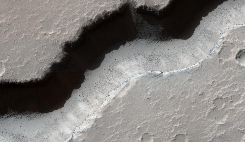 30. Долина в вулканическом регионе Элизиум. (NASA/JPL/University of Arizona)