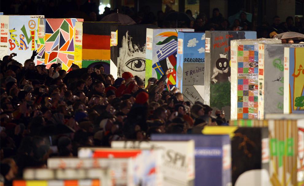31. Зрители рассматривают огромные домино из пенопласта на месте бывшей Берлинской стены недалеко от Бранденбургских ворот 9 ноября 2009 года в Берлине. (Andreas Rentz/Getty Images)