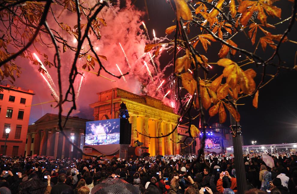 33. Народ смотрит салют перед Бранденбургскими воротами в Берлине 9 ноября 2009 года на праздновании 20-летия падения Берлинской стены. (ERIC FEFERBERG/AFP/Getty Images)