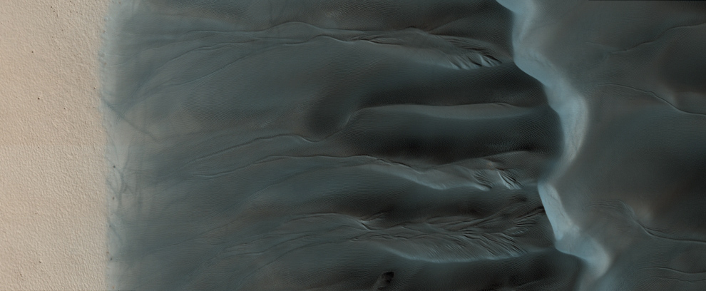 34. Образования в зоне максимальной теплоемкости между равниной и дюнным полем. (NASA/JPL/University of Arizona)