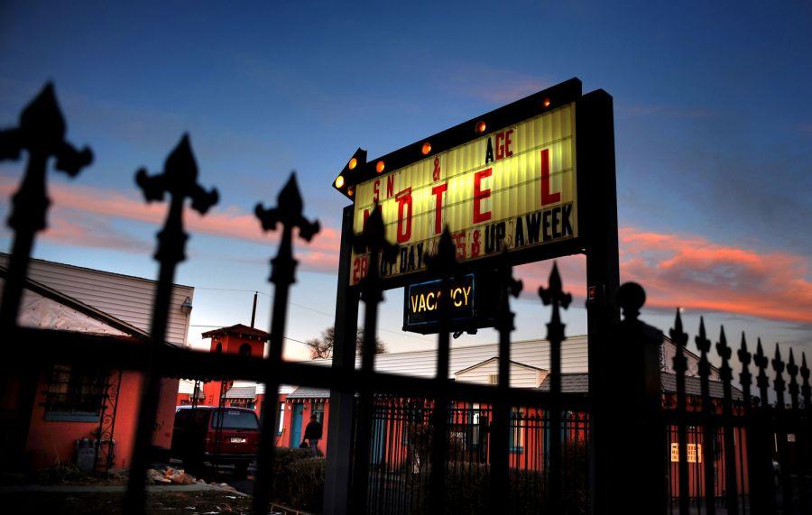 1. Знак перед мотелем «Sand & Sage» подсвечивается на фоне вечернего неба. Многие называли мотель «Sand & Sage» домом последние несколько лет, а недавно сюда переехали Джефф и Сабрина Лэки и их близнецы.